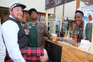 """Die """"Skotsman"""" van Wilderness, Sean van der Westhuizen, deel 'n grappie met Simz (middel) van Wilderness en Lendl Malamba (regs) van die Kaapse brouery Everson's Cider"""